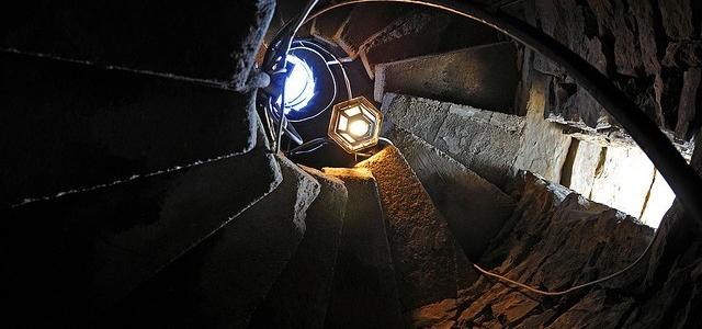 Perché le scale di torri e castelli salgono in senso orario?