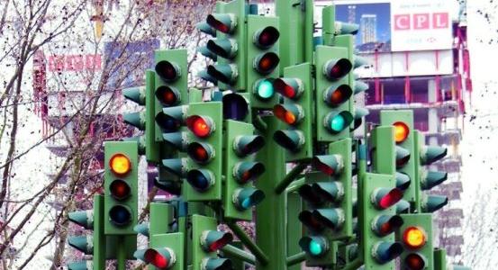 Perché di notte, in molte città, i semafori lampeggiano?